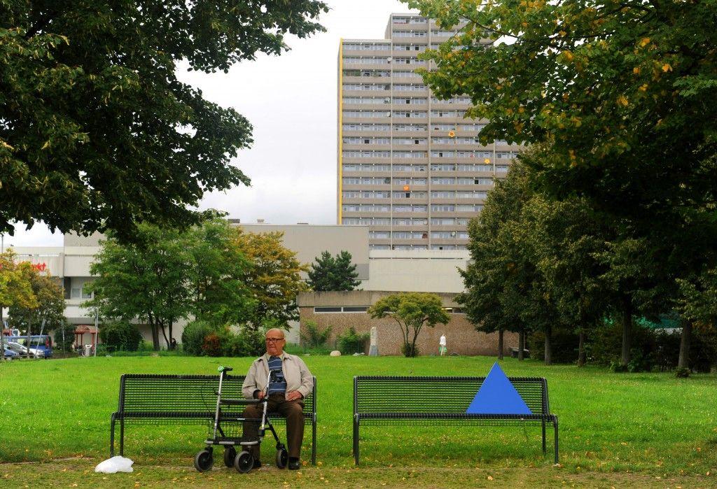 Das blaue Dreieck von KAMPMEYER auf der Parkbank in Köln