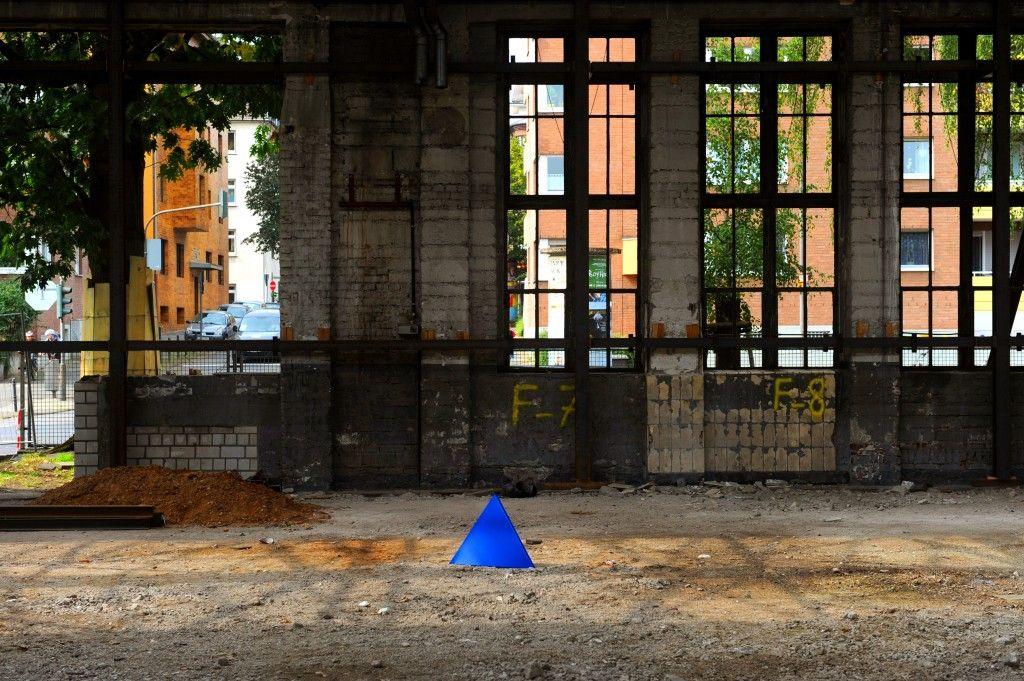 Das Dreieck von KAMPMEYER in der Fabrikhalle vom Clouth-Quartier.