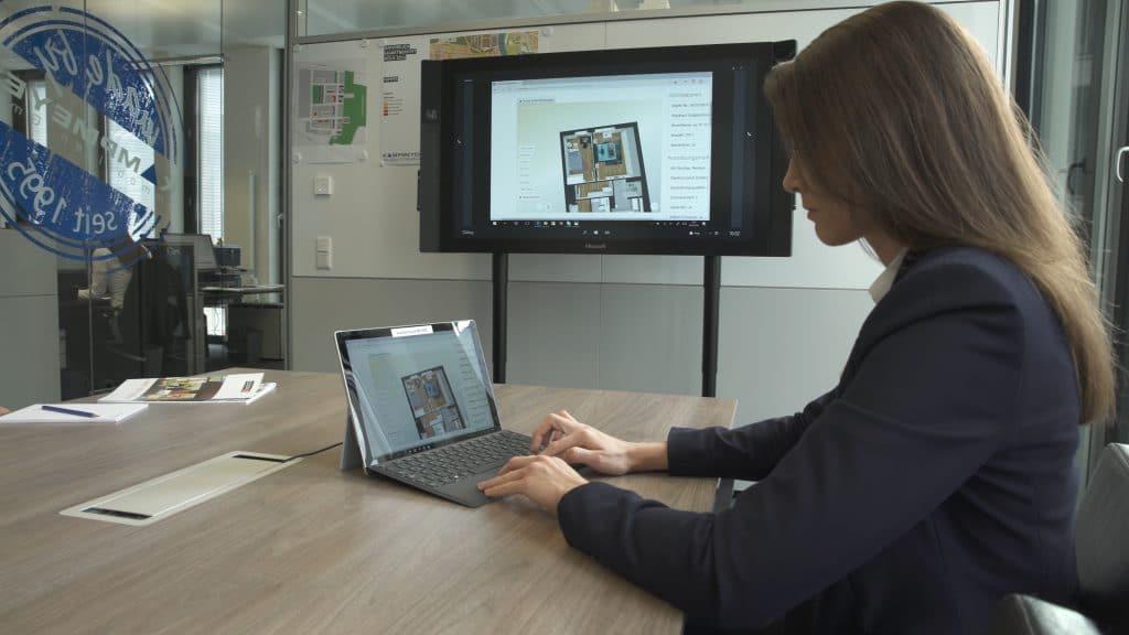 Lea Dröge am Surface Hub